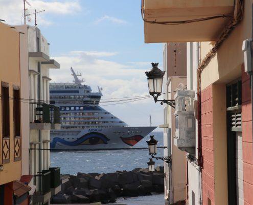 Cruiseschip Aida vaart La Palma voorbij.